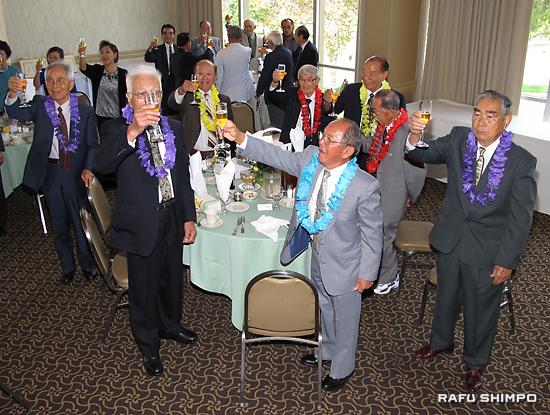 県人会の発展と受賞者の長寿を祝い乾杯する参加者