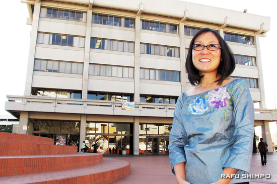 Leslie Ito in front of the Japanese American Cultural and Community Center. (MARIO G. REYES/Rafu Shimpo)