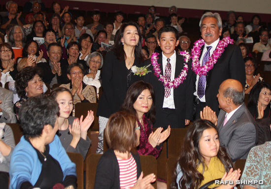 Brian Kito, joined by his wife Tomoko and son Korey, is acknowledged by the audience with a round of applause. (MARIO G. REYES/Rafu Shimpo)