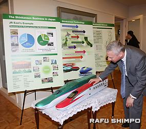 模型が目を引いた新幹線のパネル展示
