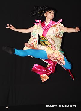 長い袖をリボンで絞り、中振袖を着たバレエダンサーのジャンプ