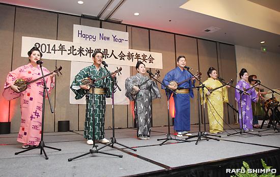 息の合った三線と太鼓の演奏で琉球民謡を披露した