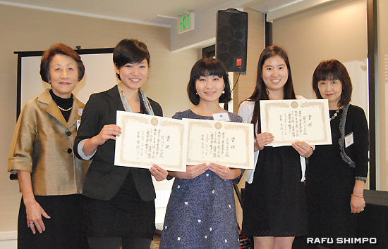 2013年度奨学金受賞者と選考委員会。左から、吉成前会長、受賞者の野口さん、岩井さん、藤原さん、桐原前副会長