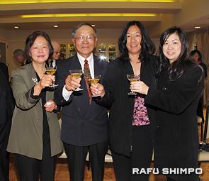 総領事表彰を祝い乾杯する(左から)夫人の敬子さん、西さん、長女のナオミさん、義理娘のクリスタルさん