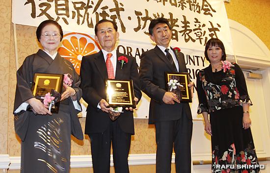 功労者表彰で藤田会長(右端)から記念の盾を授与される(左から)小泉さん、伊藤さん、高津さん