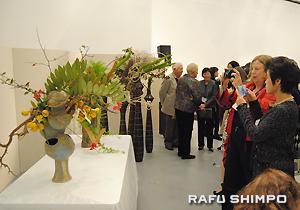 横東氏の作品を写真に収める参加者