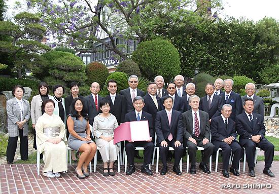表彰式に臨席した家族や親友とともに記念撮影に納まる半田さん(前列左から4人目)