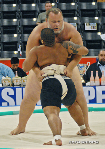 Above, 440-pound Kelly Gneiting surrounds 187-pound fellow American Llende Rivera in the openweight rounds.