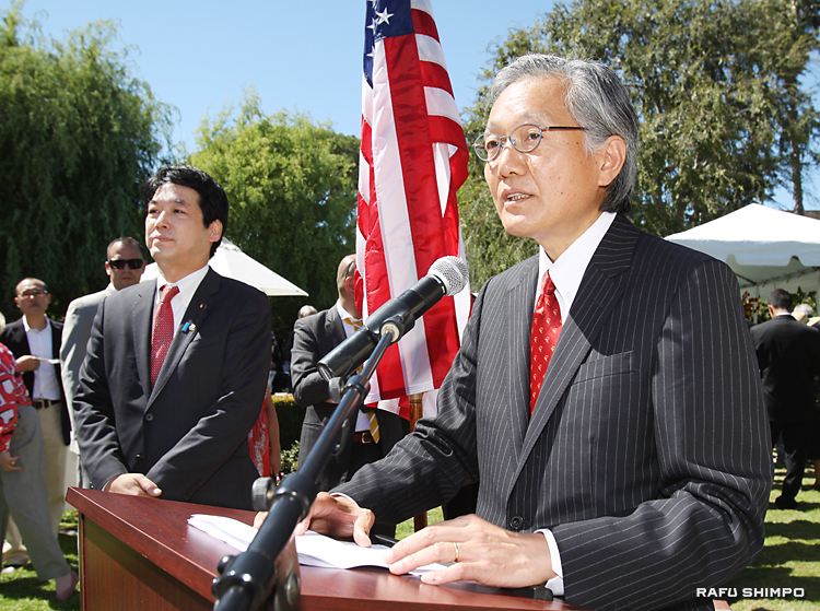 着任のあいさつに立つ堀之内領事。左は薗浦健太郎・外務大臣政務官