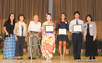 練尾日本文化奨学金を授与された(右2人目から)岸本さん、有賀さん、横田さん。左端は宮崎・奨学金実行委員長、その右隣は今村ベティーさんと練尾正男さん