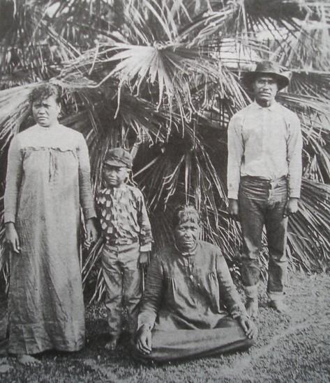 Kaluaiko'olau and Pi'ilani with their son, Kaleimanu. The woman sitting is believed to be Kaluaikoʻolau's mother, Kukui. (State of Hawaii archival photo)
