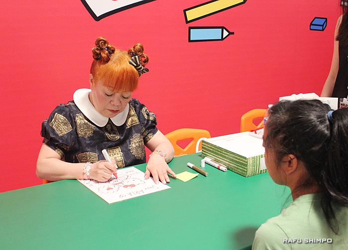 自らキティの絵を描くキティデザイナーの山口裕子さん