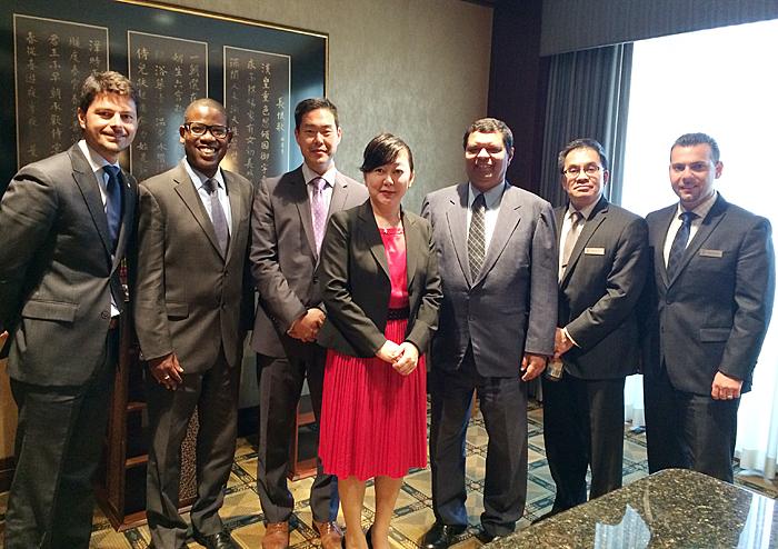 ホテルは多国籍軍。(左から)アルバニア系イタリア人、アフリカ系米国人、韓国系米国人、三好社長。インド人、フィリピン人、アルメニア人の役員が運営に携わっている(インターコンチネンタルホテル提供)