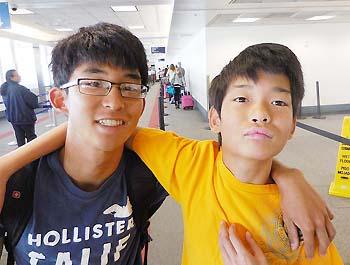 池内知さん(左)と弟の直さん。知さんは、「弟の面倒を大変だと感じたことは一度もない」と話す