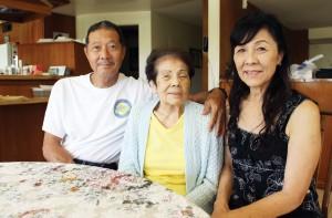 From right, Carolyn Toya, Mits Muranaka and Ron Muranaka at the family's home in Yorba Linda. (MARIO G. REYES/Rafu Shimpo)