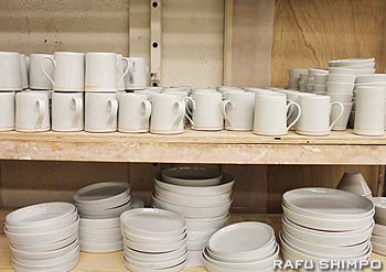 白磁の皿やマグカップ。米国のサイズに合わせ、どの国の人にも使ってもらえる食器作りに励んでいる
