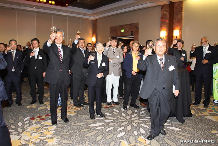 新年の乾杯を行う波多野会長(手前右)ら参加者