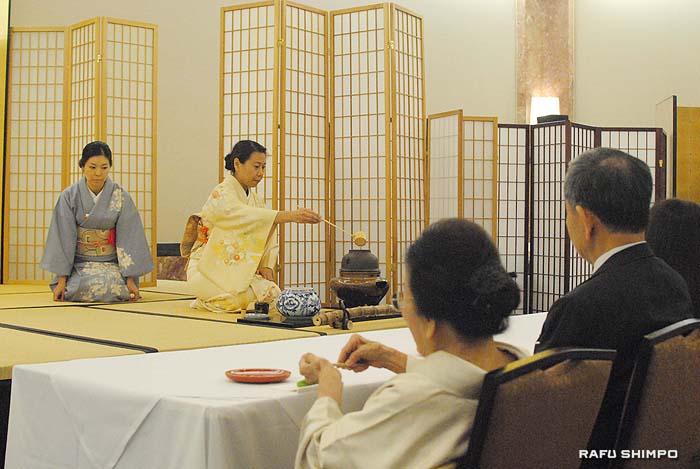 小東京のダブルツリー・ヒルトンで行われた「初点式」でお茶を点てる中島さんと半東の若梅さん