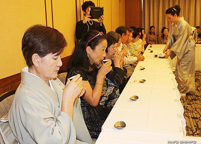 香り豊かな煎茶の味わいを堪能する参加者