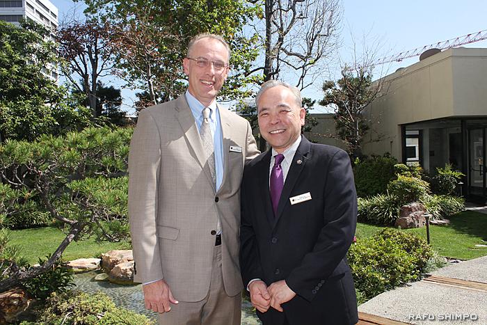 クーさん(左)とニューオータニ時代からホテルの移り変わりを見てきた宴会場担当部長の柚原さん