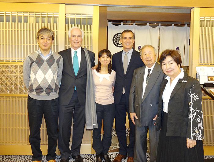 昨年11月26日に市長(右から3人目)が訪日した際、昼食をともにした時の吉田さん一家。市長の父ギル・ガーセッティー氏(左から2人目)も同行した。左端は春子さんのご主人(瀬戸春子さん提供)