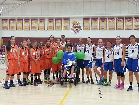 かつてプレーした日系バスケットボールチームからサプライズ招待を受けたケリーさん(中央)=昨年10月撮影(写真=サカグチさん提供)