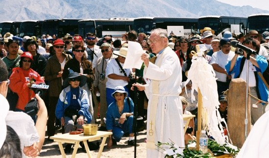 Rev. Paul Nakamura at the interfaith service at the Manzanar cemetery during the 34th annual Manzanar Pilgrimage, April 24, 2004. (Photo by Tom Walker/Manzanar Committee)