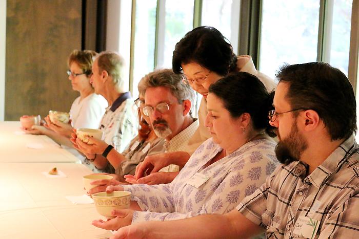 参加者にお茶わんの扱い方や抹茶の飲み方の説明をする裏千家淡交会の野垣宗珠さん