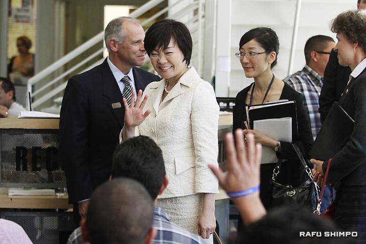 ダウンタウンの「ホームボーイ・インダストリー」のベーカリーを訪れた安倍昭恵・首相夫人。滞米中は各所を回り、ファーストレディーとして役目を務めた