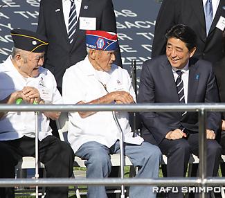 日系退役兵と話す安倍首相(右)