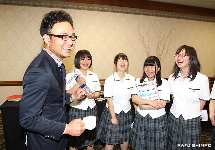 交流会で、先輩の古茂田さん(左)と談笑する女子生徒