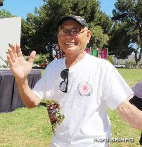 盆踊りを楽しむ、北米沖縄県人会の國吉信義会長