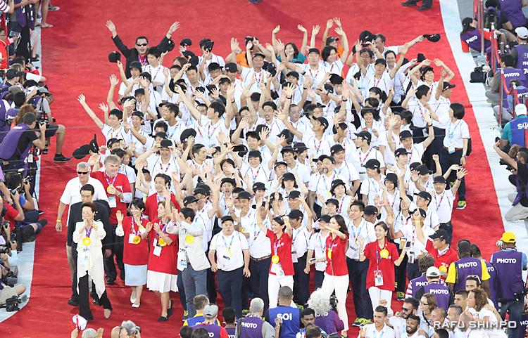胸を張って行進し、大きな声援に笑顔で手を振って応える日本選手団