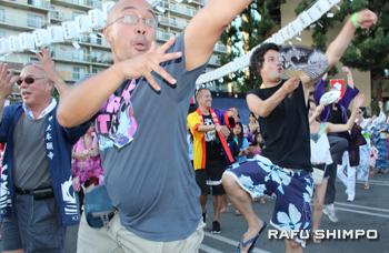 盆踊り好きが高じてクラスに通って練習し、毎年参加するマーク・アンバーさん(先頭)ら。全身を使って熱狂的に踊るスタイルで周囲を圧倒。