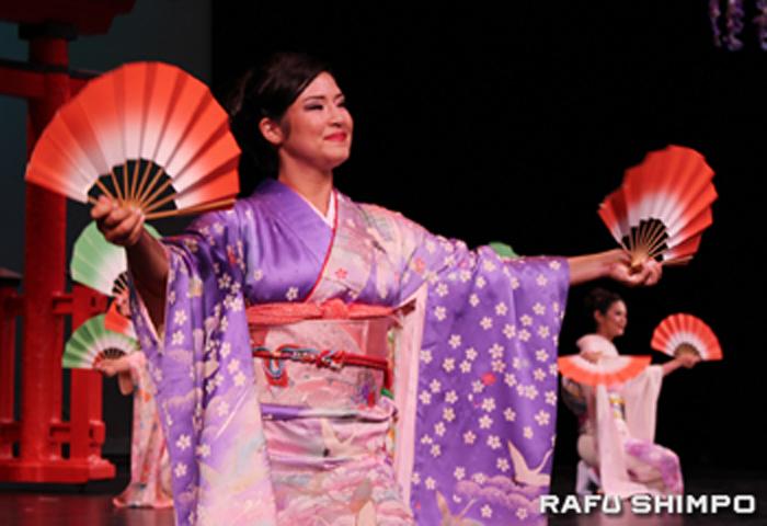 着物姿で日本舞踊を披露するサラ・クニコ・ハッターさん