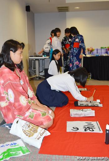 日本文化の一つとして書道を披露するジュニア・アンバサダー