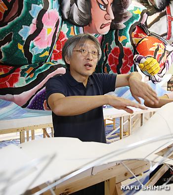 ワークショップで、参加者に指導する竹浪比呂央師