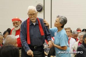 説明会に参加した敬老の創始者の1人フランク・オオマツ氏(左)と長年敬老でボランティアをしているヘレン・フナイ・エレクソン氏