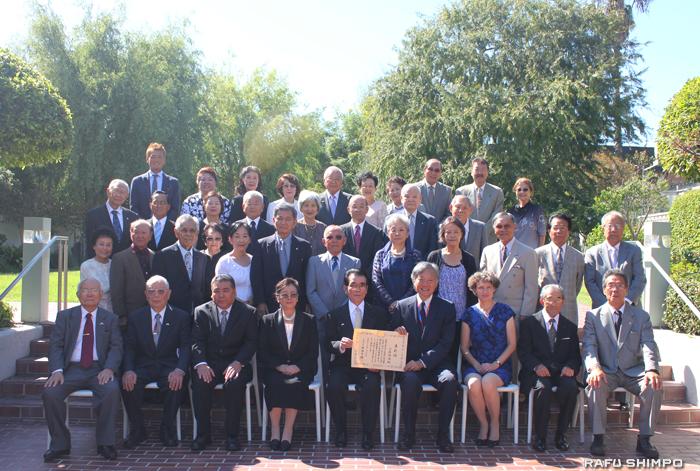 祝福に訪れた出席者とともに記念撮影する比嘉氏(前列中央)