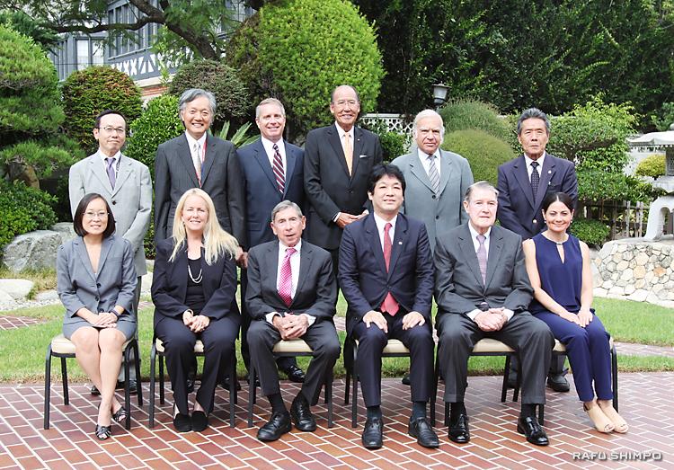 運営委員会の初会合に集まったメンバーの記念撮影。前列右から3人目が薗浦健太郎外務大臣政務官、後列左から2人目が堀之内秀久総領事