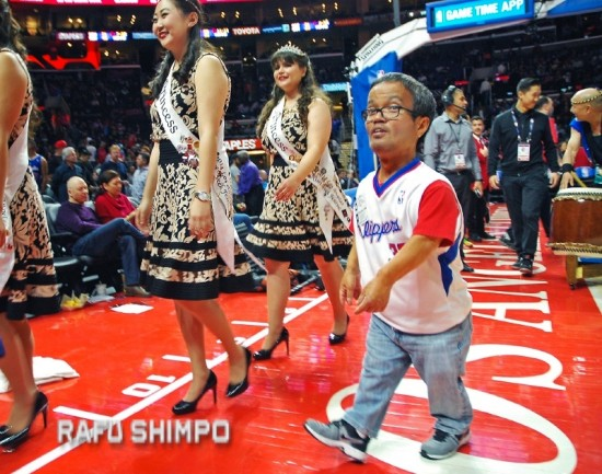 """John """"JT"""" Tamaki escorts the Nisei Week queen and princesses onto the court of Staples Center on March 6 during this year's L.A. Clippers Japanese American Community Night. Tamaki, 53, a fixture at community events, passed away suddenly Nov. 1. (MIKEY HIRANO CULROSS/Rafu Shimpo)"""
