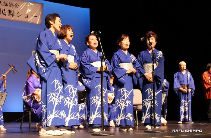 竹嶺会による大分県の「関の鯛釣り唄」では楽器の演奏とともに 5人が一緒になって歌を披露した。左から3番目はラーセン会長