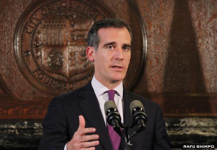 ホームレス人口の増加を受け、緊急対策費として1240万ドルを捻出することを決定したガーセッティーLA市長