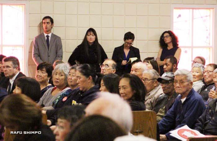 壁側に立つ右から2人目が「守る会」の弁護士チーム・リーダー、エリサ・バレット氏 (ベット・ジべック弁護士事務所)。14日の記者会見をあわせた特別集会にて。