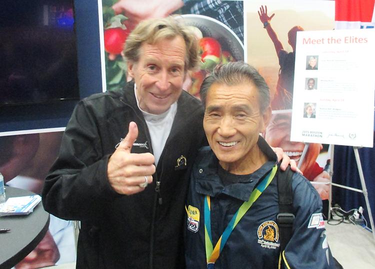 ボストンマラソンを4度制したビル・ロジャーズ(左)と記念写真に納まる小形さん
