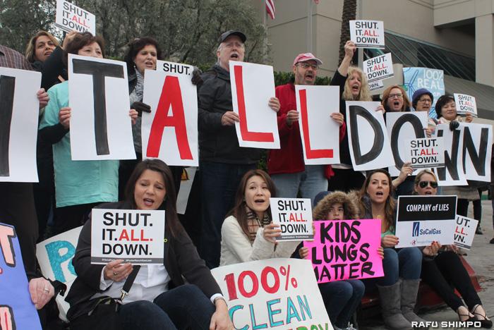 施設全体の閉鎖を求める請願書をブラウン加州知事に近日提出するポーターランチの住民と日比野さん(前列左から2人目)。これまでに4万人を超える署名が集まった