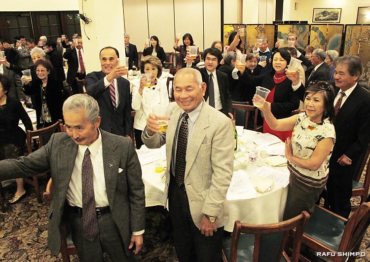 新年の乾杯する鹿児島県人会のメンバーら。右端が小田会長