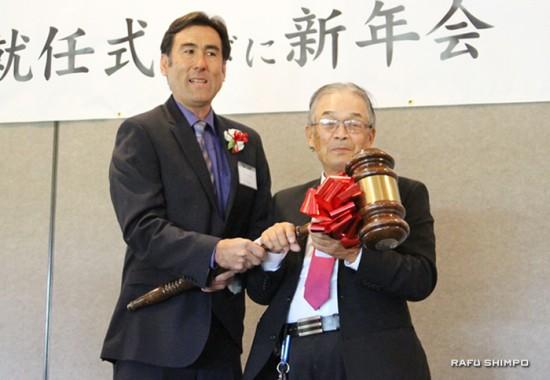 南加庭園業連盟の新しい会長に就任した戦後移住者(新一世)の藤谷征一さん(右)と日系3世の前会長デレック古川さん(左)