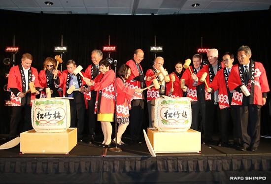 ジャパン・ハウスの前途を祝した鏡開き。左から2人目がYOSHIKIさん、4人目が堀之内総領事、右隣が海部館長