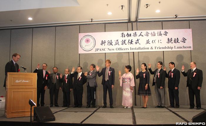 森会長(左端)とともに就任宣誓を行う新役員たち